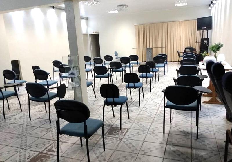 Igreja organiza espaços celebrativos com móveis do Mensageiro da Caridade